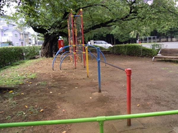 鉄棒 昔は色が塗ってなく、もっと森沿いにありました。