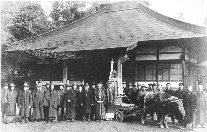 写真⑧昭和16年 寺の鐘を武器等のため供出した時の写真(蓮昌寺のものではありません)