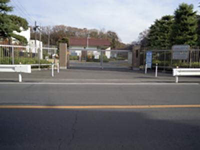 東浦和浄水場正門_手前は産業道路